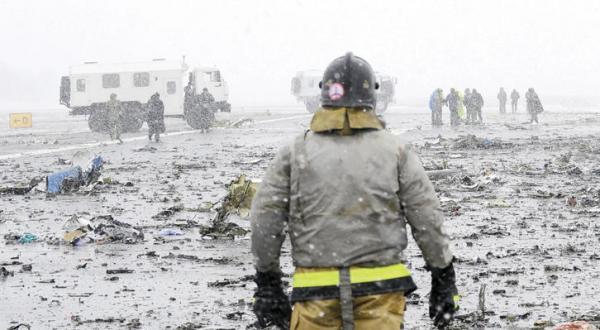 نیروهای امداد رسانی در محل سقوط یک هواپیمای مسافربری در شهر «روستوف- آن- دان» در جنوب روسیه، 29 اسفند 1394 (عکس از رویترز)