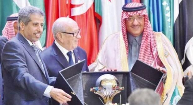 شاهزاده محمد بن نایف، به رئیس جمهور تونس ارائه یک سپر یادبود در قدردانی از تلاش های خود را در حمایت از افزایش همکاری های امنیتی میان کشورهای عربی (واس)