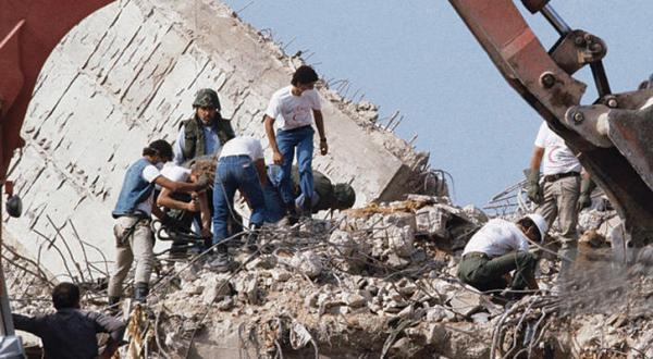 سربازان آمریکایی به دنبال یافتن قربانیان در میان آوارهای انفجار مرکز نیروی دریایی آمریکا در بیروت که در اکتوبر 1983 اتفاق افتاد – عکس از گیتی