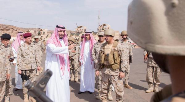 جانشین ولیعهد عربستان سعودی هنگام دیدار با برخی از نیروهای ائتلاف عربی در مرزهای جنوبی – عکس از خبرگزاری عربستان سعودی