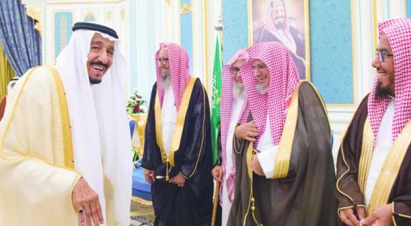 ملک سلمان با شاهزادگان ومفتی اعظم ودانشمندان و شهروندان در ریاض دیدار کرد
