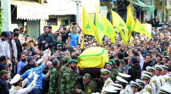 حامیان حزب الله در حال تشییع جسد مصطفی بدر الدین در بیروت – عکس از خبرگزاری فرانسه