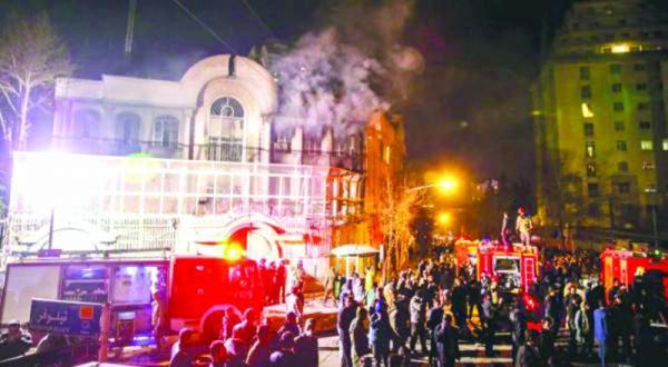 دقایقی پس از حمله به سفارت عربستان سعودی در تهران در دوم ژانویه – عکس از آسوشیتد پرس