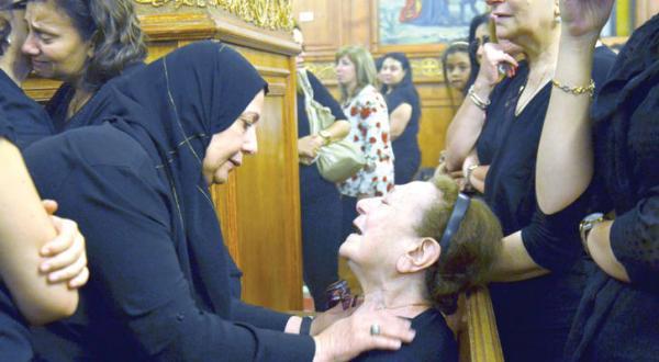 نزدیکان یارا هانی توفیق یکی از خدمه پرواز هواپیمای سانحه دیده مصری در حال گریستن پس از اعلام یافتن بقایای هواپیما و متعلقات مسافران – عکس از آژانس عکس خبری اروپا