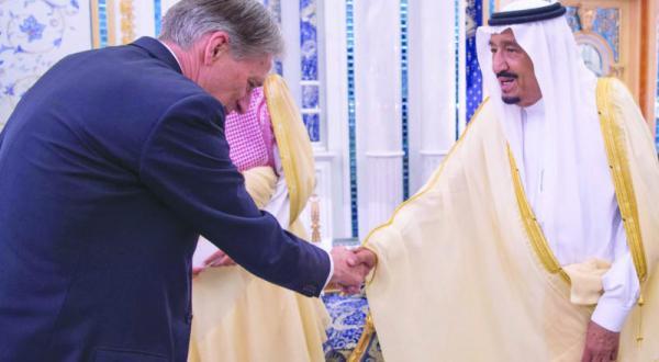 پادشاه عربستان سعودی تحولات بین المللی را با وزیر خارجه انگلستان بررسی می کند