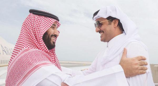 شیخ تمیم بن حمد در حال خوش آمد گویی به شاهزاده محمد بن سلمان هنگام ورود به دوحه – عکس از خبرگزاری عربستان سعودی