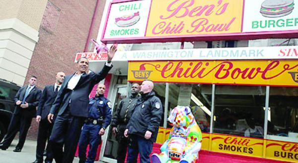 باراک اوباما رئیس جمهور آمریکا روبه روی رستوران «بینز چیلی باول» در واشنگتن