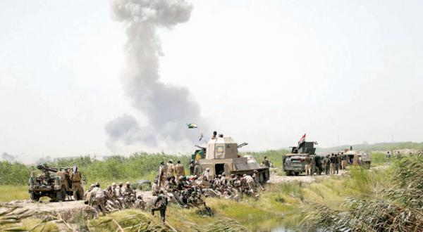 متصاعد شدن دود در اطراف فلوجه که از تمامی جهات به محاصره نیروهای عراقی در آمده است – عکس از رویترز