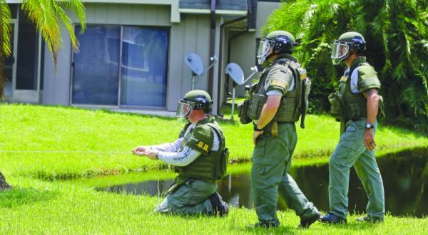 کارشناسان امنیتی در حال جستجوی مواد منفجره احتمالی در خانه ای مرتبط یا حادثه تیراندازی در اورلاندو در آمریکا – عکس از آسوشیتد پرس