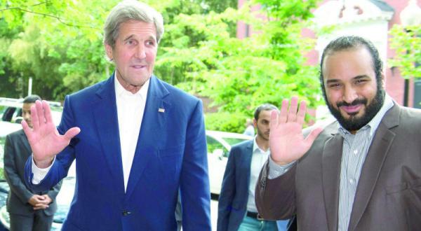 جان کری وزیر خارجه آمریکا هنگام استقبال از شاهزاده محمد بن سلمان در ورودی منزل شخصی خود در واشنگتن – عکس از خبرگزاری فرانسه