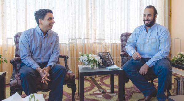 محمد بن سلمان هنگام دیدار با سلمان خان مدیر آکادمی خان در ایالات متحده – عکس از الشرق الأوسط
