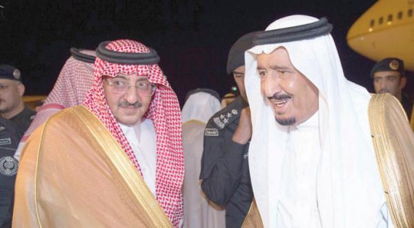 ملک سلمان بن عبد العزیز پادشاه عربستان سعودی هنگام ورود به مدینه و در کنار وی شاهزاده محمد بن نایف ولیعهد سعودی – عکس از خبرگزاری عربستان سعودی