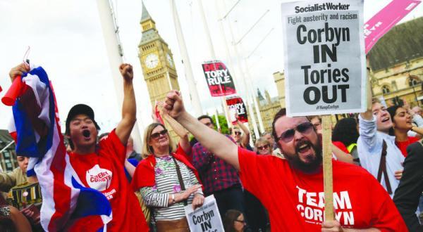 تظاهر کنندگان انگلیسی در لندن به نتیجه همه پرسی انگلیس اعتراض می کنند و خواستار باقی ماندن جرمی کوربین به عنوان رهبر حزب کارگر می شوند – عکس از خبرگزاری فرانسه