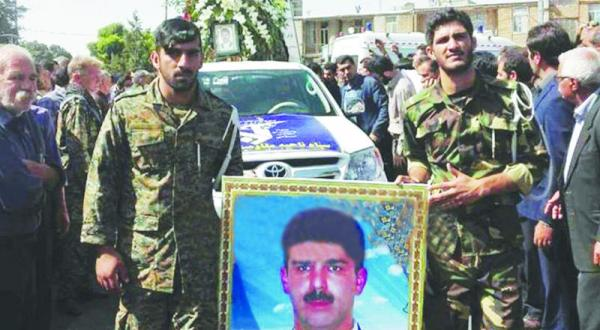 افرادی از نظامیان ایرانی در حال تشییع جنازه یکی از افسران سپاه قدس که در عملیات کرمانشاه کشته شد