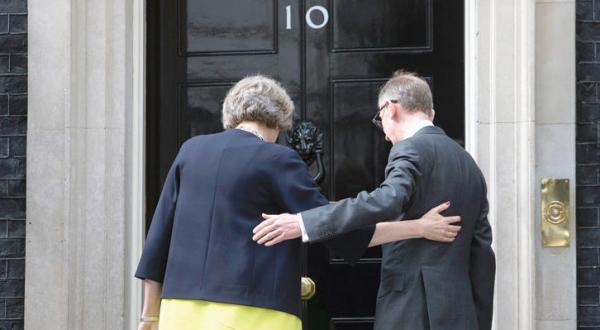 می دوره خود را با دعوت به وحدت آغاز می کند.. و «نماد خروج» از اتحادیه را به عنوان وزیر خارجه انتخاب می کند