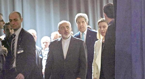جان کری وزیر خارجه آمریکا و همتای ایرانی وی محمد جواد ظریف در مذاکرات هسته ای ماه آوریل 2015 در لوزان سوئیس – عکس از نیویورک تایمز
