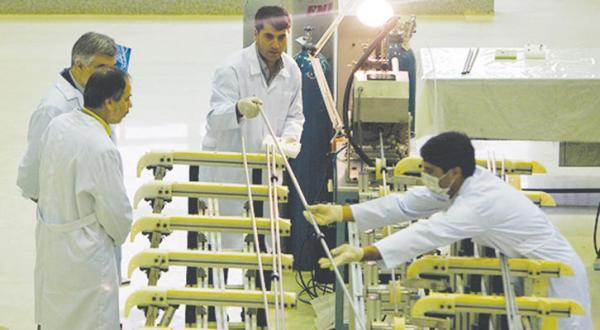 کارشناسان ایرانی در نیروگاه نطنز در حال نظارت بر روند غنی سازی اورانیوم در آوریل 2009 – عکس از رویترز