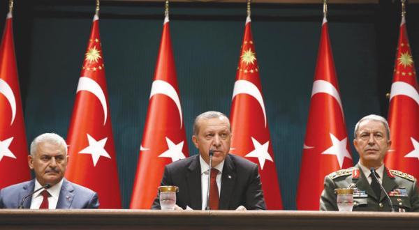 کنفرانس مطبوعاتی رجب طیب اردوغان رئیس جمهور ترکیه و بینعالی ییلدریم نخست وزیر و خلوصی اکار رئیس ستاد ارتش این کشور در آنکارا برای اعلام وضعیت فوق العاده – عکس از آژانس عکس خبری اروپا
