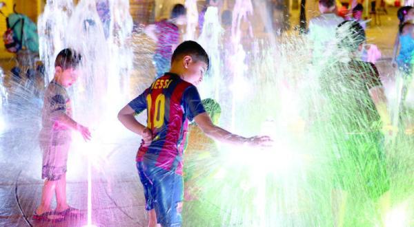 کودکان در کویت از گرمای هوا به آب نماها پناه می برند – عکس از خبرگزاری فرانسه