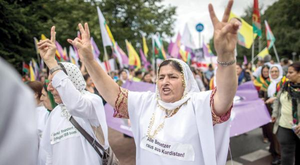 زنان ایزیدی در سالگرد حمله «داعش» به سنجار در بیلفلد آلمان تظاهرات می کنند – عکس از آژانس عکس خبری اروپا