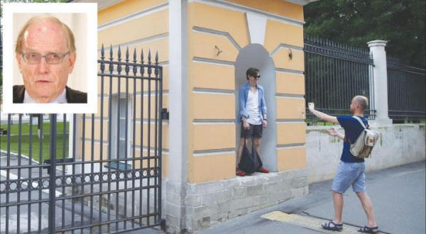 دو روسی در حال عکس گرفتن مقابل ورودی وزارت ورزش در مسکو ( آژانس عکس خبری اروپا) – در گوشه تصویر وکیل کانادایی، مک لارن که گزارش دست داشتن روسیه در برنامه دوپینگ را ارائه کرد (رویترز)