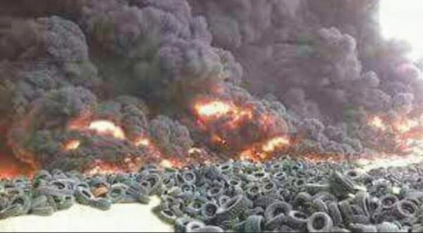عکس منتشر شده در فضای مجازی که نشان می دهد با سوزاندن لاستیک خودروها مانع از دید جنگنده ها در نبرد حلب می شوند