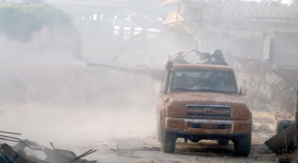 مبارزانی از ارتش آزاد سوریه در حال آتش گشودن به مواضع نظام و نیروهای حامی آن در راموسه در جنوب غربی حلب – عکس از رویترز