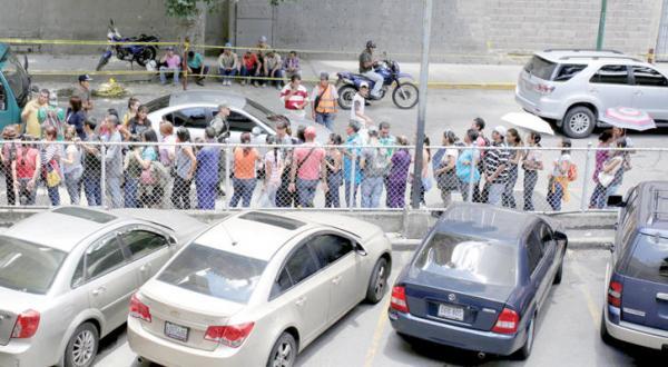 صف های طولانی مردم در کاراکاس پایتخت ونزوئلا برای خرید نیازهای غذایی اساسی روزانه – عکس از رویترز