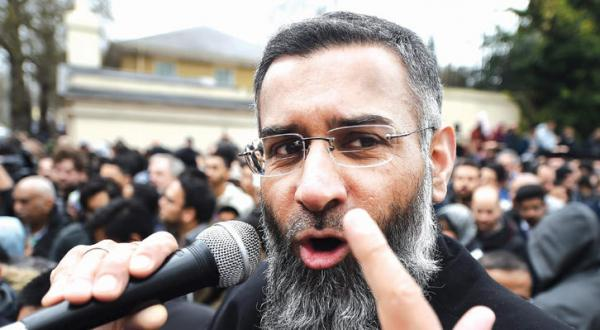 عکسی آرشیوی از انجم چودری در حال سخنرانی در محوطه خارجی مسجد «ریجنسی پارک» در مرکز لندن – عکس از آژانس عکس خبری اروپا