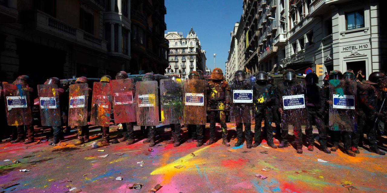 بارسلونا صحنه درگیری میان جدایی طلبان و نیروهای پلیس