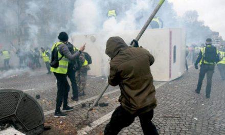 شانزلیزه به «میدان جنگ» بین تظاهرکنندگان و نیروهای امنیتی تبدیل شد