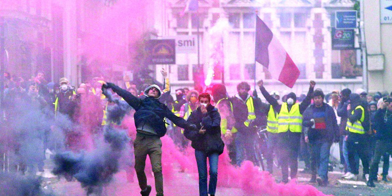فرانسویها در انتظار پاسخ مکرون به بسیج «جلیقه زردها»