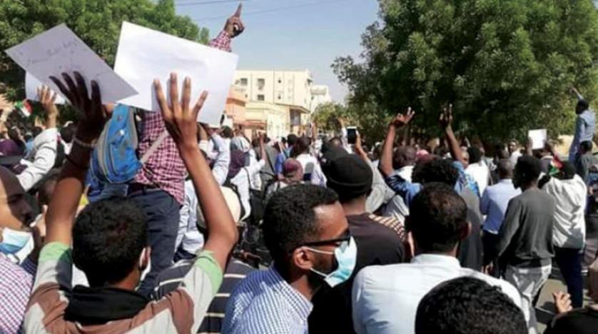 نیروهای امنیتی سودان برای متفرق کردن معترضان از گازش اشک آور و بمب صوتی استفاده کردند