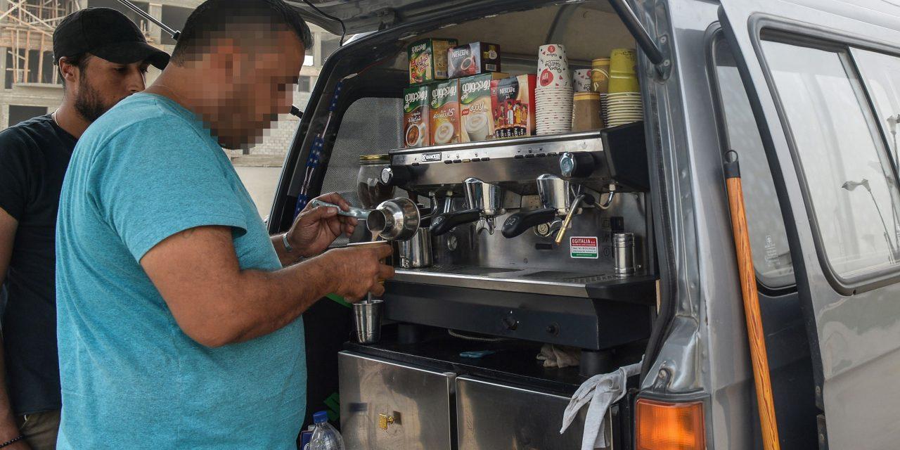 قهوه فروشان دورهگرد سوری در خیابانهای قاهره به دنبال نان میگردند