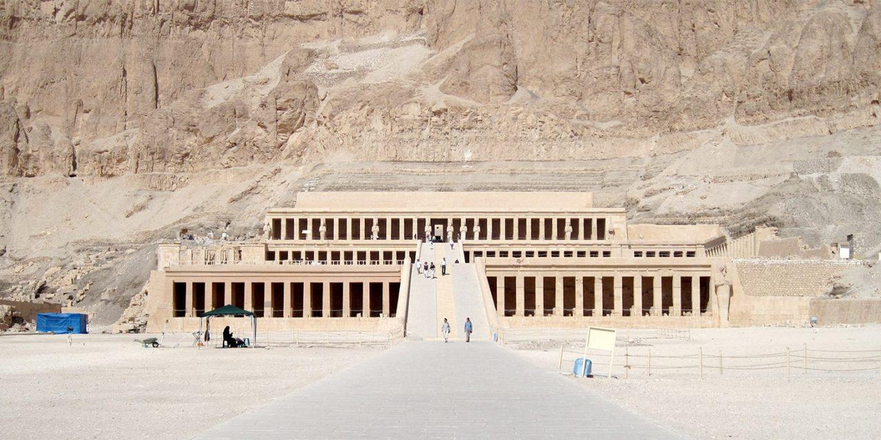 خورشید بر معبد حتشپسوت در اقصر عمود می تابد